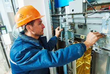Le squadre di manutenzione sono formate esclusivamente da tecnici patentati, direttamente alle nostre dipendenze, sottoposti ad un training costante al fine di migliorare la loro preparazione e profes